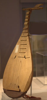 "Bipa, a Korean musical instrument. (Photo: <a href=""http://bit.ly/2hp99Rs"">Eggmoon</a> via Wikicommons, 2013; altered). <a href=""http://goo.gl/BUqs"">CC-BY-SA-3.0</a>."