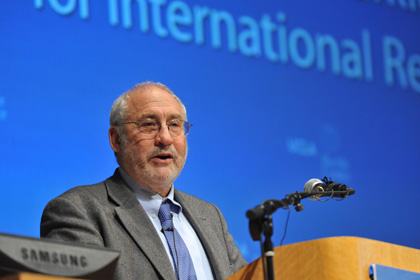 Nobel-Winning Economist Assigns Blame for Financial Crisis