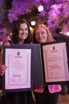 Paz Puga of Tikitiklip, winner of the Premio Municipal for art, management and heritage in the audiovisual category (left) and Professor Verónica Cortínez. (Photo: Andrés Wood.)